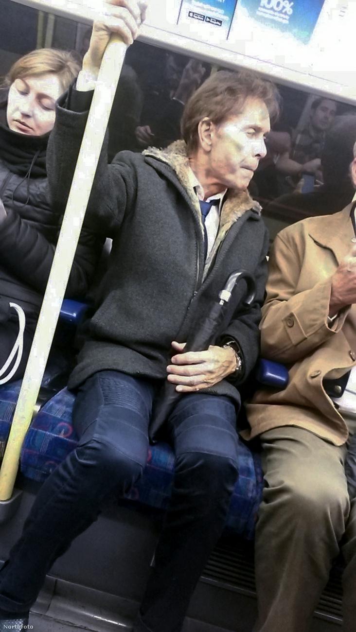 És hát a hírességeket nehéz így civilben felismerni, mert ugye az ember nem számít arra, hogy egy generáció leghíresebb brit rockere csak úgy fogja és felszáll a metróra.