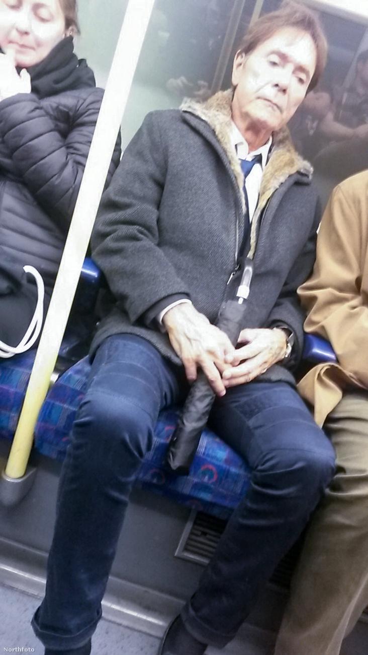 Cliff Richardról van szó, akiről nemmetrózós fotókat a Kockhas blogban is közöltünk egyszer! További izgalmas tömegközlekedést kívánunk mindenkinek.