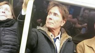Csak egyvalaki ismerte fel, hogy egy rocklegenda ül a metrón