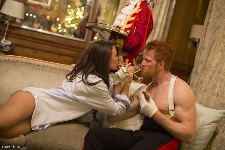 ...az igen után pedig erotikus ünneplésbe kezedett a menyasszonyával.