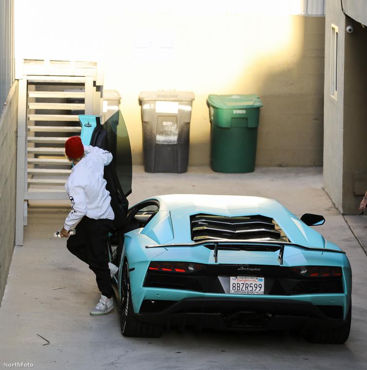 Hasonló luxusjárműve van bizonyos Jeffree Starnak, csak neki babarózsaszínben