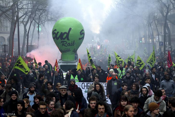 A sztrájkoló vasutasokat támogató tüntetők Párizsban 2018. április 3-án