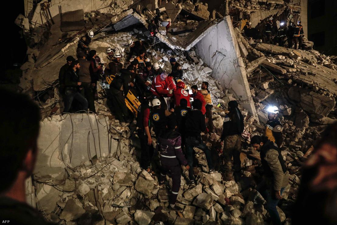 Egy robbanás túlélőit keresik a romok között Idlibben