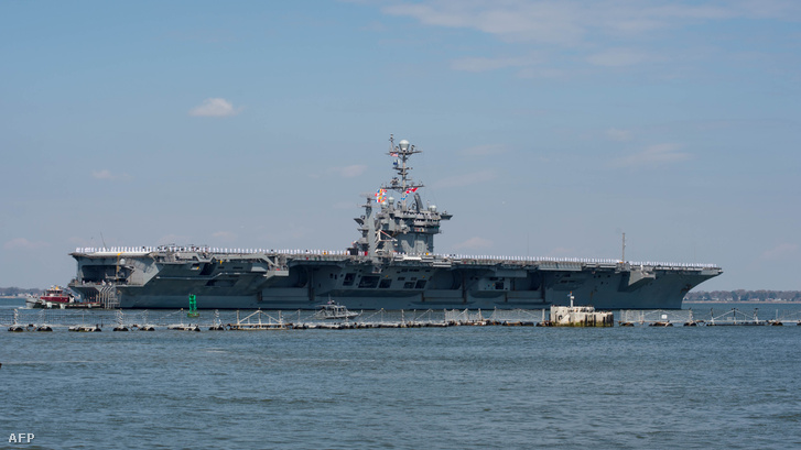A Földközi-tengerre vezényelt USS Harry S. Truman elhagyja a Norfolk-kikötőt 2018. április 11-én.
