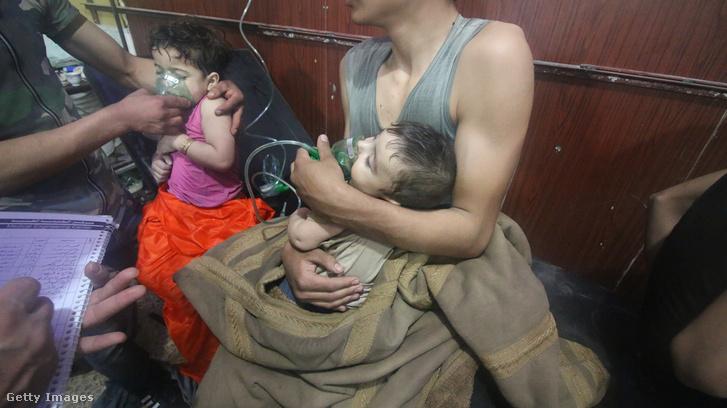 Civil sérülteket és gyerekeket ápolnak Dumában az április 7-i gáztámadás után.