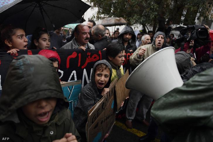 Családegyesítésért tüntető menekültek Athénben 2017 Novemberében