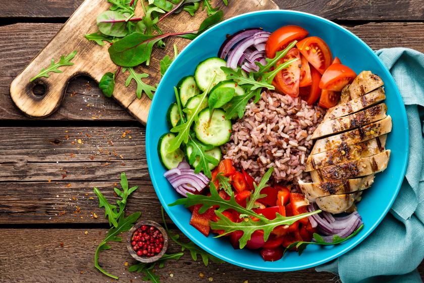 Nagyjából 100 gramm kókuszolajon pirított csirkemell zöldfűszerekkel, 40-70 gramm barna rizzsel és sok-sok friss zöldséggel mindent tartalmaz, amire szükséged van egy kimerítő edzés után.