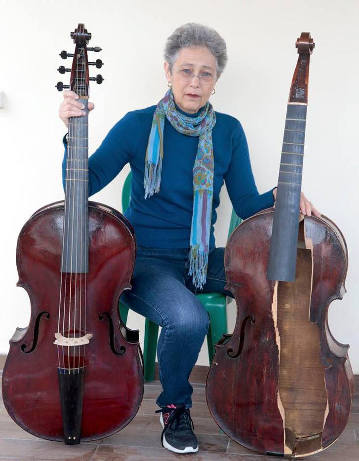 Myrna Herzog a törött és az ép Lewis-gambával. Csak ez a két példány létezik ebből a hangszerből.