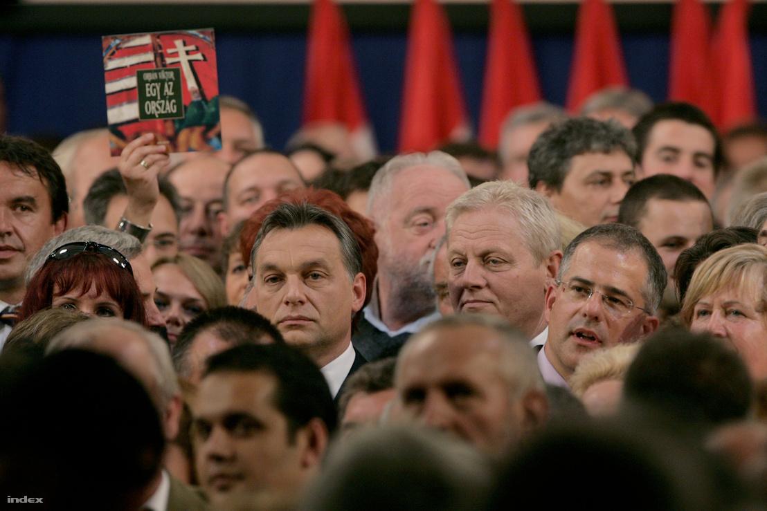 Orbán Viktor miniszterelnök, a Fidesz elnöke, Tarlós István, a Fidesz-KDNP főpolgármester-jelöltje és Kósa Lajos, a Fidesz ügyvezető alelnöke, Debrecen polgármestere és a párt jelöltjei között a Fidesz választási kampánynyitó nagygyűlésén a XIV. kerületi Syma Sport- és Rendezvényközpontban, 2010. szeptember 10-én