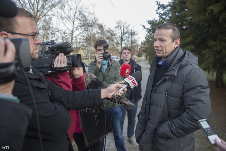 Toroczkai László a sajtónak Ásotthalmon 2016. december 10-én.