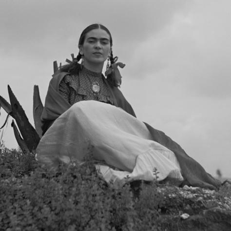 Frida Kahlo egy agavékaktusz mellett