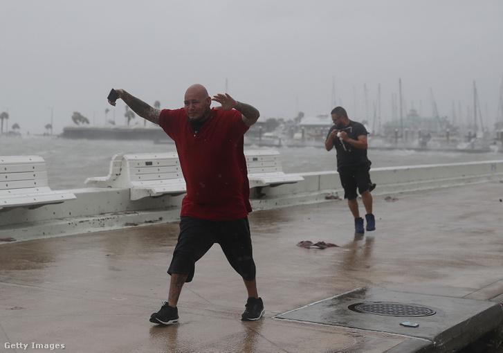 Texasiak élvezik a Harvey hurrikán előszelét 2017. augusztus 25-én