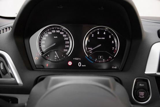 Virtuális műszerek, de nem olyan szabadon konfigurálhatók, mint egy Audiban