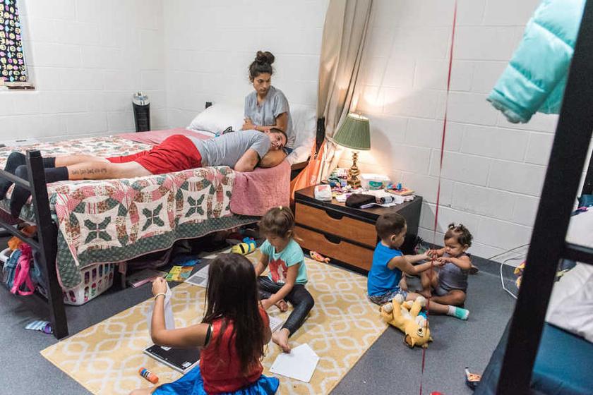 A nagy család nehezen fér el a pici szobában, de a gyermekek játékainak így is mindig van hely.