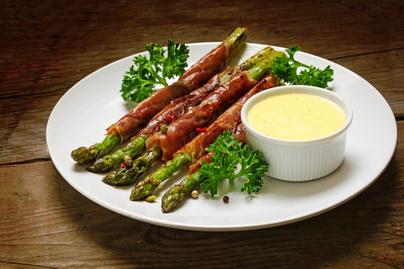 Baconbe göngyölt, roppanós spárga: ezzel a mártogatóssal még finomabb