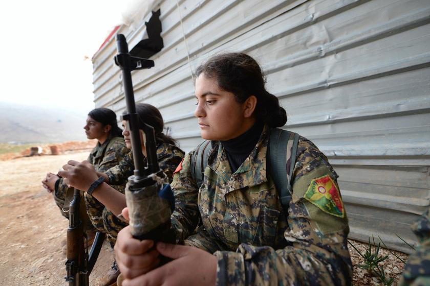 A Női Védelmi Egységek és a Rodzsavai Védelmi Egységek szíriai és iraki kurd katonanői az észak-iraki Szindzsár egyik ellenőrzőpontjánál 2018. április 11-én.