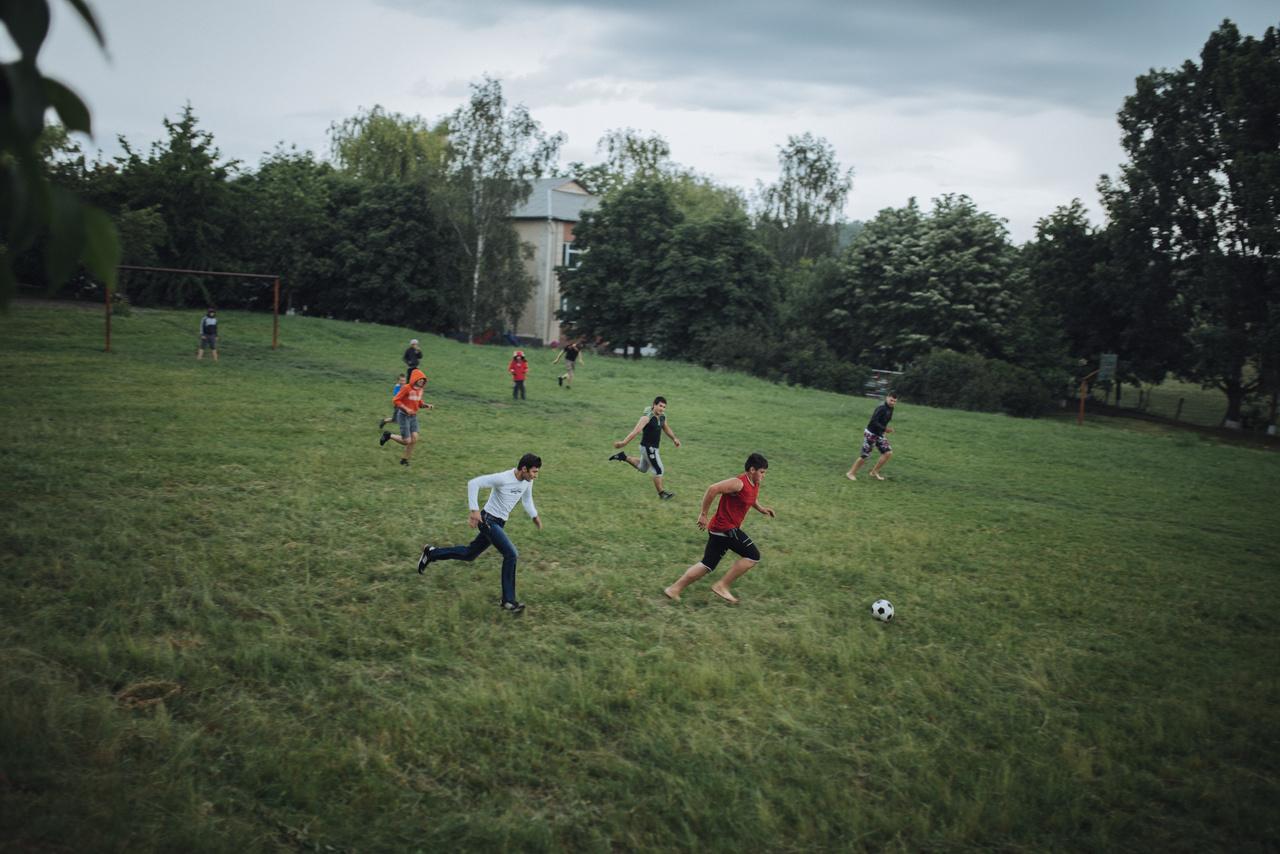 Egyetlen dolog képes átlépni a szakadár határokon. meglepő módon a moldáv bajnokság az egész országra kiterjed. Olyannyira, hogy a bajnokságot rendszeresen épp a PMR-ben lévő FC Sheriff Tiraspol nyeri. Az UEFA hivatalos listáján http://www.uefa.com/memberassociations/uefarankings/club/index.html a 97. helyen áll, nem mást előz meg, mint a berlini Herthát. A legjobban jegyzett magyar klub a Videoton, a 216. helyen.