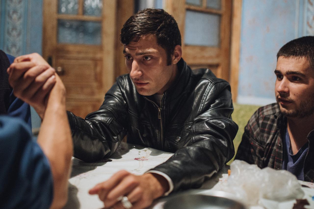 Akár egy Viszockij-jelenet is lehetne a magyarul A  Fekete Macska Bandája címen a hetvenes években vetített szovjet filmsorozatból. A valódi világban a katonai karrierről álmodozó Jura méri össze erejét egy társával.