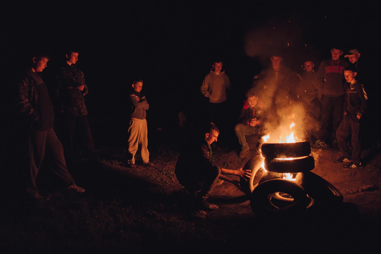 Húsvéti tűzrakás abroncsokból.