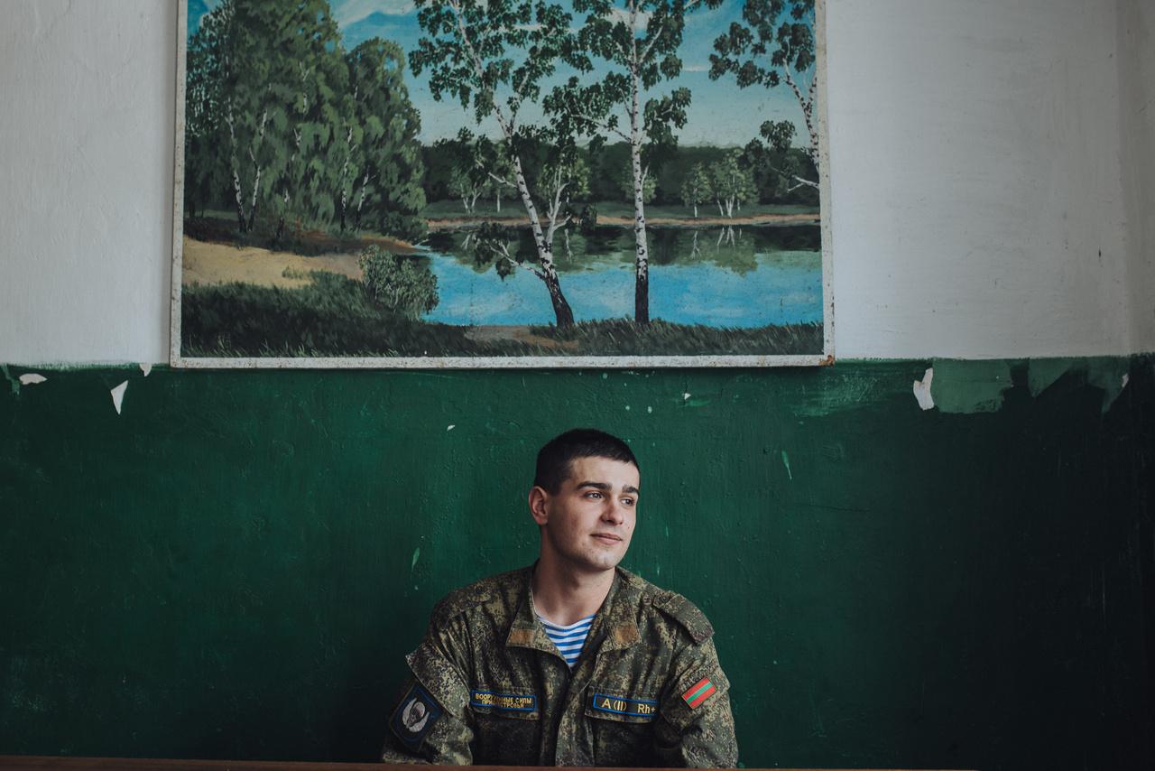 """Nem mindenki vágyik egy szakadár hadseregben katonai karrierre. """"Egyszerű vágyaim vannak: boldog akarok lenni, jövedelmező állást, anyagi függetlenséget szeretnék. A sereg után azt tervezem, hogy befejezem a tanulmányaimat, lakást bérlek, találok valami munkát. Igazából nem úgy képzeltem el, hogy itt fogok élni.  Európára, Kanadára gondoltam, de sok minden kellene hozzá. A katonai szolgálatot elvesztegetett időnek érzem , de van haszna is:  lélekben és testben is erősebb lettem, sokat tanultam az emberekről és jobban megbecsülöm az időmet és azokat, akiket szeretek"""" – mondta a Hristovaiában született, most Benderiben szolgáló Szása."""