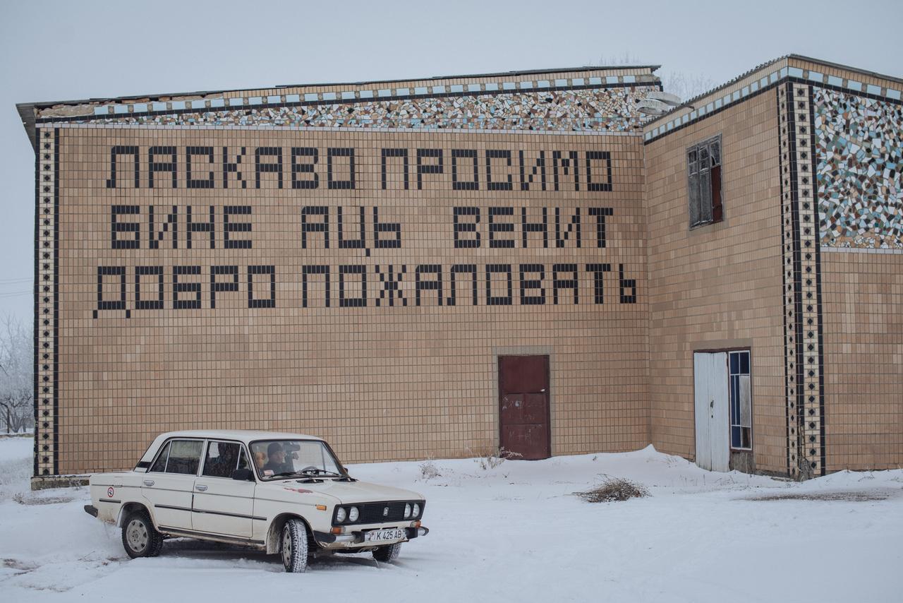 A PMR-ben három hivatalos nyelv van: orosz, ukrán, moldáv. Utóbbi a szovjet érában cirill betűket használt, a latinra a függetlenség után tért át, de az üdvözlő felirat mér a szovjet időszakban készült.