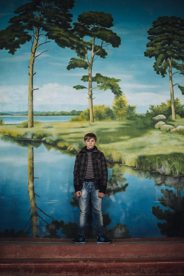 A 14 éves Makszim festett tájkép előtt. A fiú apjával és testvérével él a szakadár köztársaság legészakibb pontján, Grusevkában. Édesanyja korábban meghalt, az asszony a Dnyeszterbe veszett.