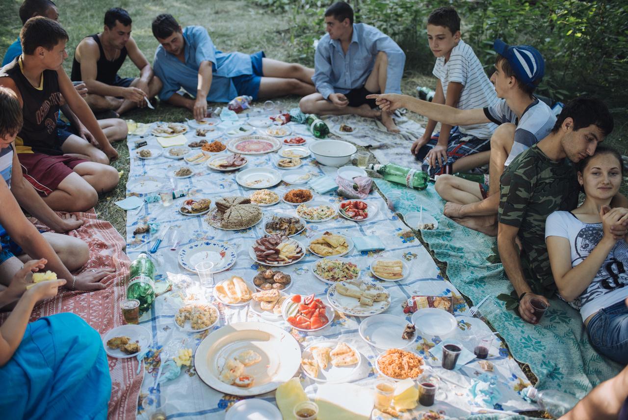 Bevonulási búcsúparti. A sorkatonai szolgálat egy évig tart a PMK hadseregében. A szakadár állam elsősorban nem ennek köszönhetően létezik, hanem a még mindig itt állomásozó orosz hadseregnek, amely egyik fegvyerraktárát is itt tartja: 21 ezer tonnára becsülik a közelben lévő Kolbaszna mellett őrzött bombák, aknák, robbanőszerek mennyiségét – pedig 15 éve a felét megsemmisítették vagy Oroszországba szállították. Moszkva a mai napig nem írt alá szerződést Moldovával az állomásoztatásról, mert a posztszovjet orszg nem egyezne bele. Viszont a PMR-rel sincs szerződés, hiszen Moszkva hivatalosan nem ismeri el a kváziállamot, bár fenntartja.