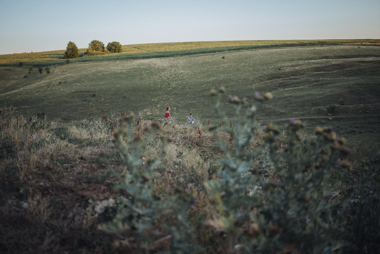 Rotar legelőiről hazatérő teheneiket várják a gyerekek.