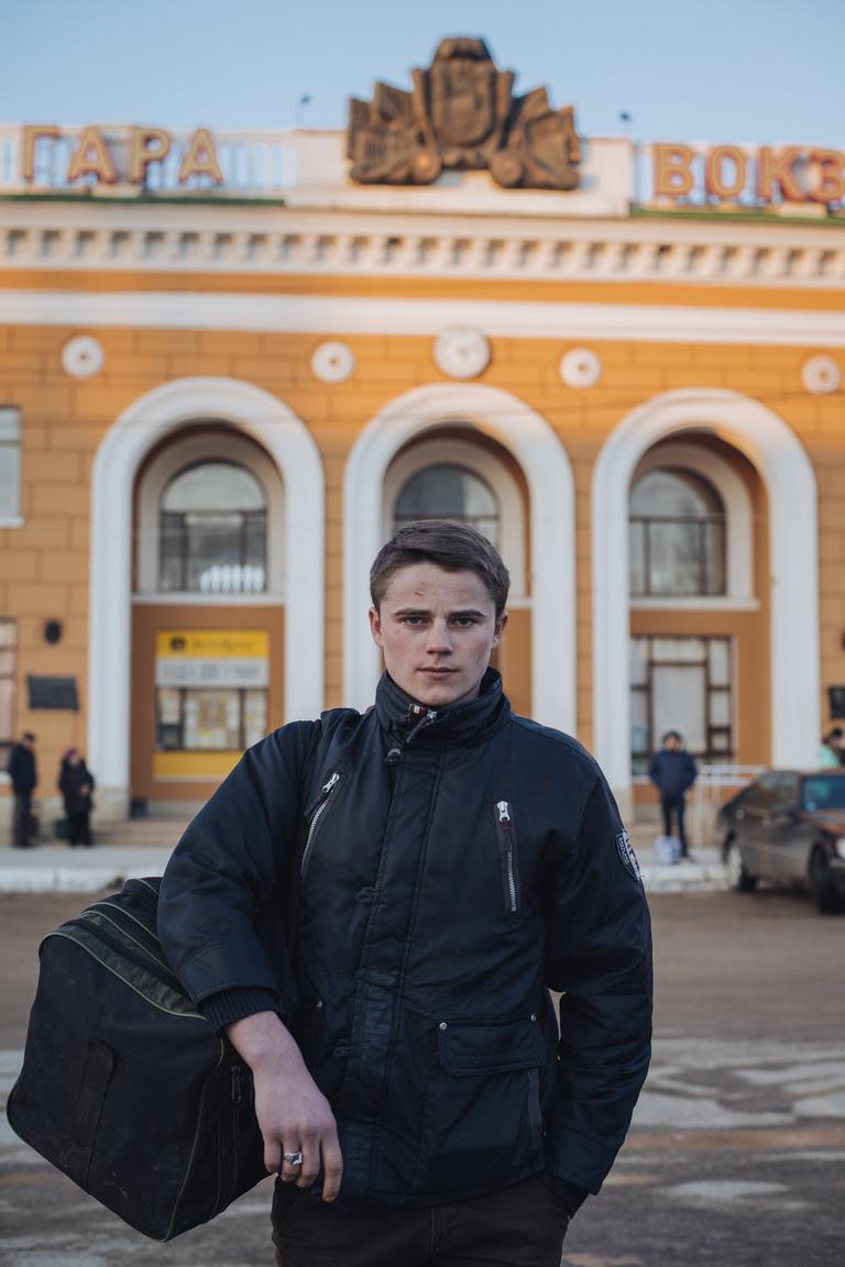 A festett fák előtt kisfiúból három évvel később nagyfiú lett. A 16 éves Makszim szüleihez hasonlóan állatorvosnak fog tanulni Tiraszpolban.