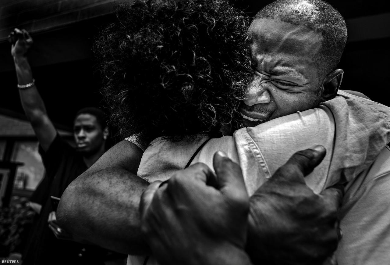 Általános hír kategóriában a második helyen Richard Tsong-Taatarii képe végzett, megint csak az Egyesült Államokból. John Thompson kétségbeesett és katartikus kiborulását örökíti meg, miután felmentették azt a rendőrt, aki lelőtte egy közeli barátját. A lelőtt férfire emlékező meneten Thompson is részt vett.