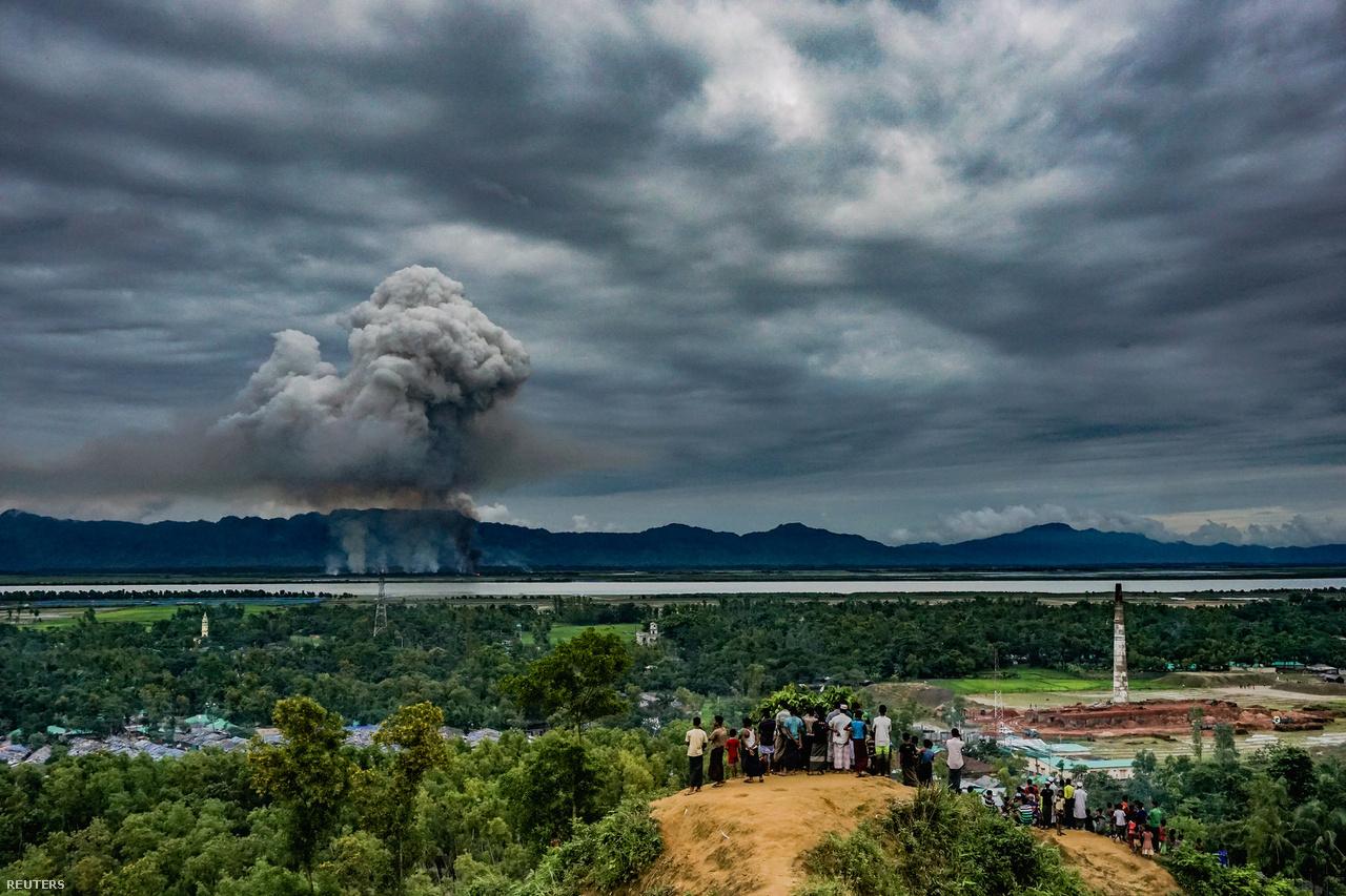 A világ 2017-ben egy népirtást szemlélt. Ahogy szemlélték azt az általános hír kategória harmadik helyezett képén (Md Masfiqur Akhtar Sohan) az elüldözött muszlim kisebbség tagjai is, a rohingják, akik már a határ túloldaláról néznek vissza Mianmarba, ahol felégették a házaikat.