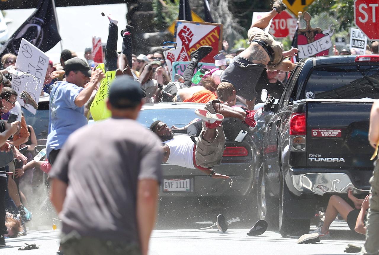 A második helyezett kép is egy tüntetésen készült, méghozzá egy olyan tüntetésen, ami hűen szimbolizálja az Egyesült Államokban végbemenő fordulatot. Donald Trump megválasztása után felerősödtek a rasszista felhangok, így jutottunk el a charlottesville-i eseményekig. A virginiai városban egy szimbolikus, az amerikai polgárháborúra emlékező szobor kapcsán kerültek szembe egymással amerikaiak. A kiélezett helyzetben egy szélsőjobboldali férfi autójával a tömegbe hajtott, egy nő a helyszínen meghalt, többen megsebesültek. Ezt a pillanatot örökítette meg Ryan M. Kelly.