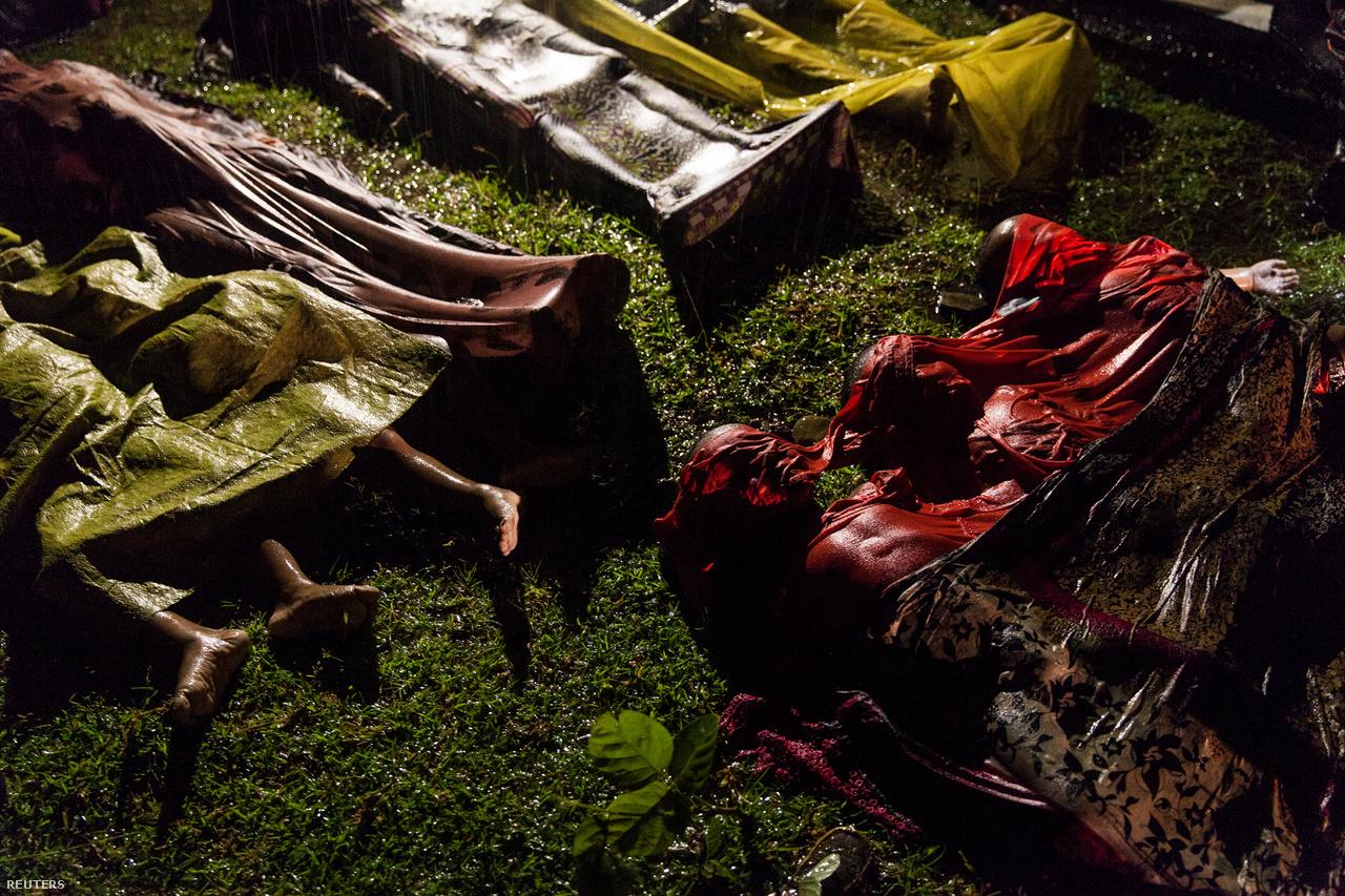 Általános hír kategóriában a győztes kép brutálisan fájdalmas világunkra emlékeztet minket. Patrick Brown rohingja menekültek, gyerekek és nők holttesteit mutatja. Ők is azon a hajón voltak, amely a parttól néhány kilométerre felborult. Körülbelül 100-an voltak a hajón, csak 17-en élték túl a szerencsétlenséget.