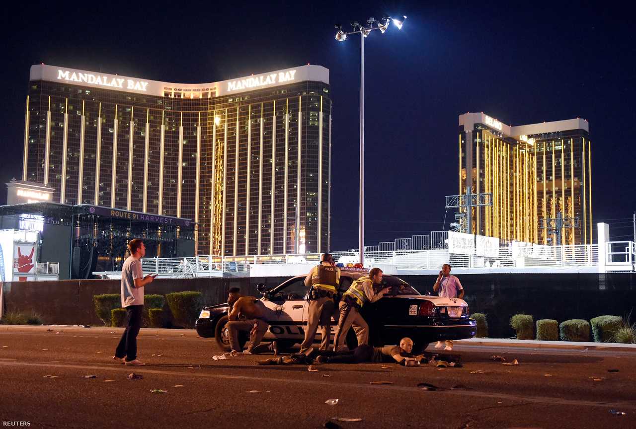 Ritka, hogy az Egyesült Államokban annyi erőszakos esemény történjen egy évben, hogy egyszerre több kép is odakerüljön a finisbe. Hír kategóriában (sorozat) az első helyre egy brutális vérengzés került. Las Vegasban egy férfi fegyverarzenáljával beköltözött egy szállodai szobába, és az ablaka alatti countrykoncert résztvevőire kezdett lövöldözni. Sokáig azt sem tudták a rendőrök, hogy honnan érkeznek a golyók. David Becker egy ilyen pillanatát örökítette meg a vérengzésnek. 58-an meghaltak, több százan megsebesültek.