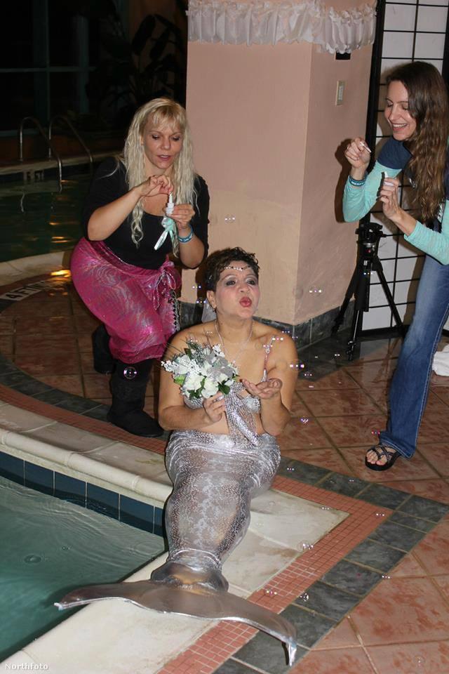 A most következő képeken, a középen látható Cookie DeJesust, az 56 éves hableányt ismerheti meg és azt is megtekintheti, milyen egy önjelölt Ariel álomesküvője.