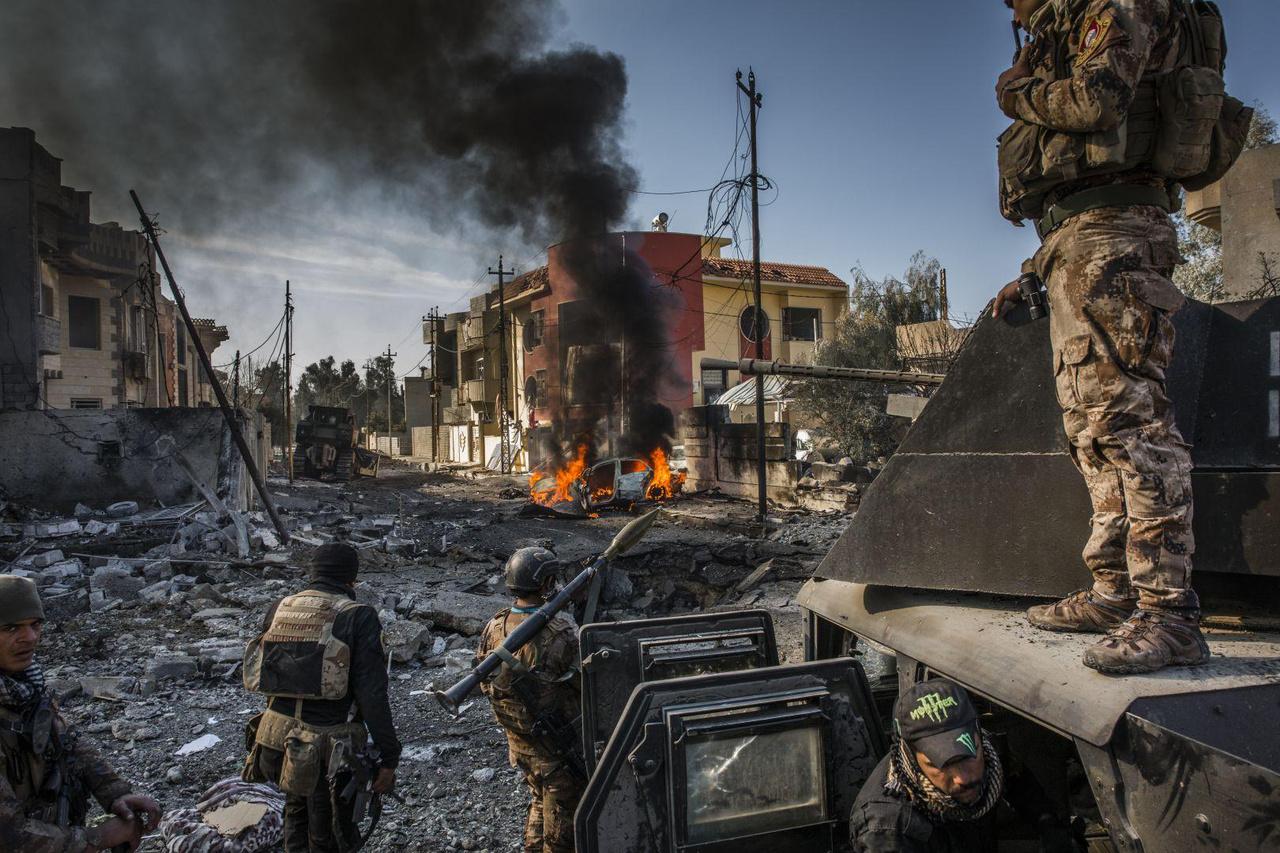 2017-ben nem sok jó dolog történt. Az egyik azonban mindenképpen az, hogy az Iszlám Állam ellen olyan háború kezdődött, ami teljesen visszaszorította a vakhittel vegyes őrületbe zuhant gyilkosokat. Moszul ostromának képei az általános hír kategóriában első helyet értek. Az iraki speciális erők egy kilőtt gépjárművet néznek, amelyben öngyilkos merénylő próbált a közükbe jutni, mielőtt végeztek vele.