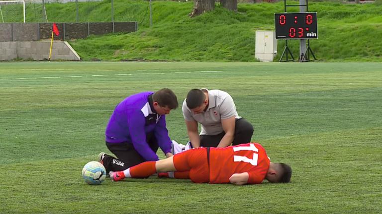 20 percig szenvedett a gyepen lábszártöréssel a 16 éves diósgyőri srác