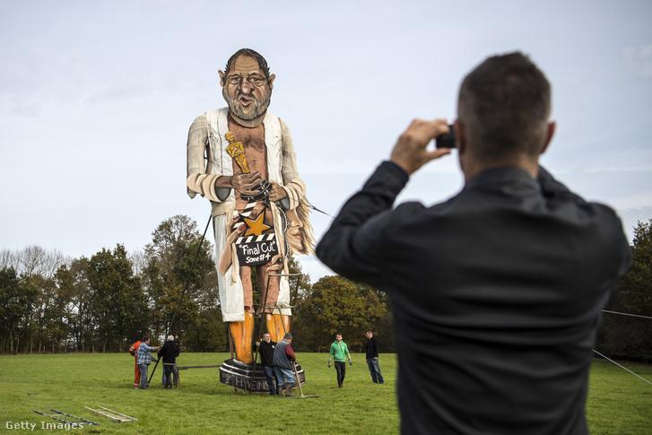 Harvey Weinstein máglya-szobra az angliai Edenbridge-ben, ahol minden évben egy-egy hírhedt személyiség képmását gyújtják fel