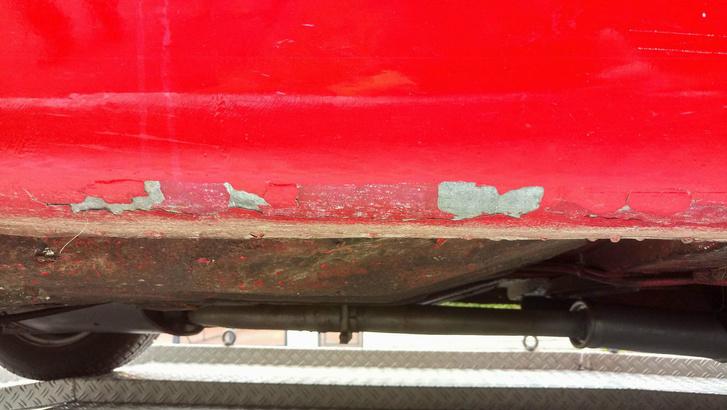 A küszöbökről pereg a negyed százados festék, de alatta fém az autó