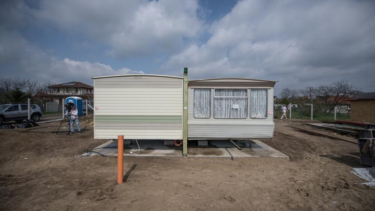 Mobilházban kezdhetik újra az életüket hajléktalan családok
