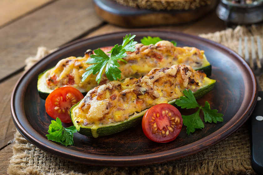 Készíts zöldségben gazdag cukkinihajókat. A cukkini ideális fogyókúrás zöldség, hiszen kalóriatartalma rendkívül alacsony: 17 kcal/100 g. Ugyanakkor, mivel önmagában viszonylag íztelen, számtalan formában variálhatod.