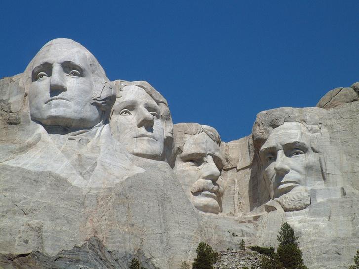 Thomas Jefferson balról a második a Rushmore-hegy sziklába vájt emlékhelyén; egyik oldalán Washington, a másikon Roosevelt és Lincoln látható.