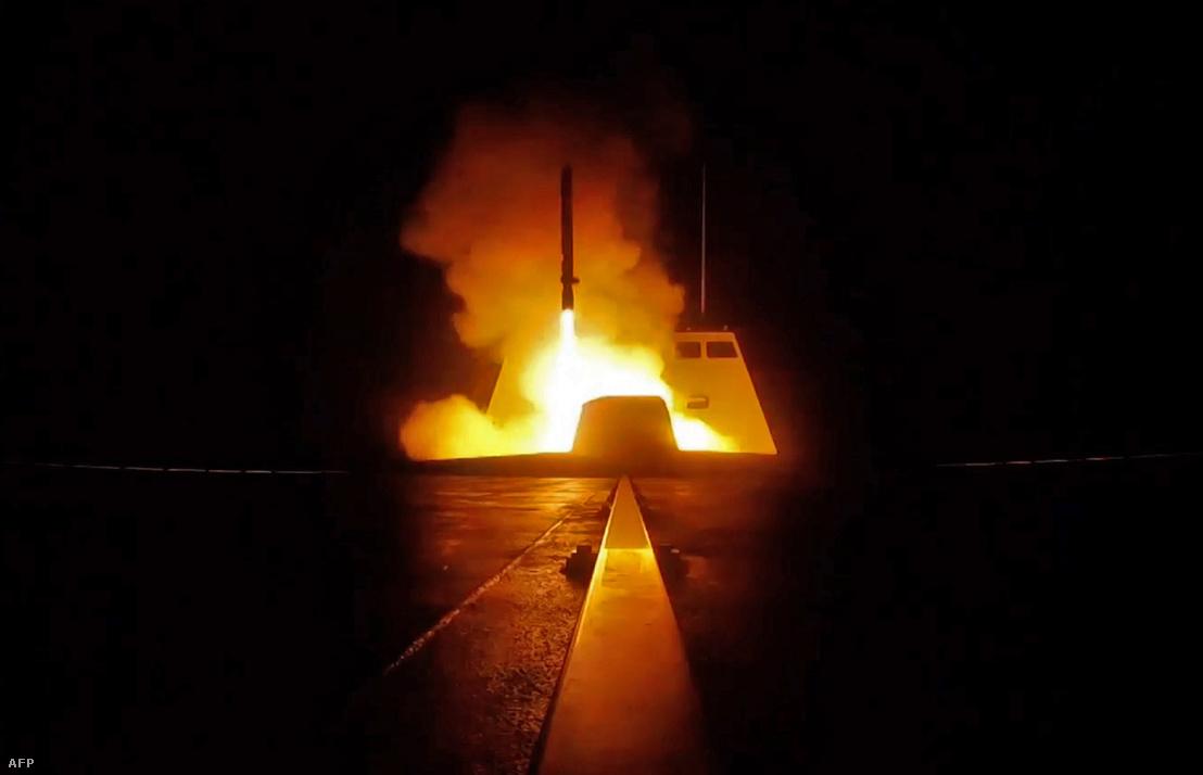 A francia hadsereg által kiadott képen egy cirkáló rakéta indításáról egy francia katonai hajón