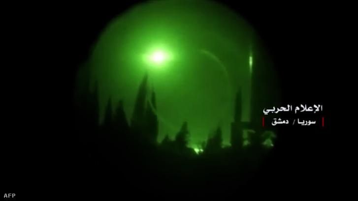 A szíriai hadsereg által kiadott kép egy robbanásról