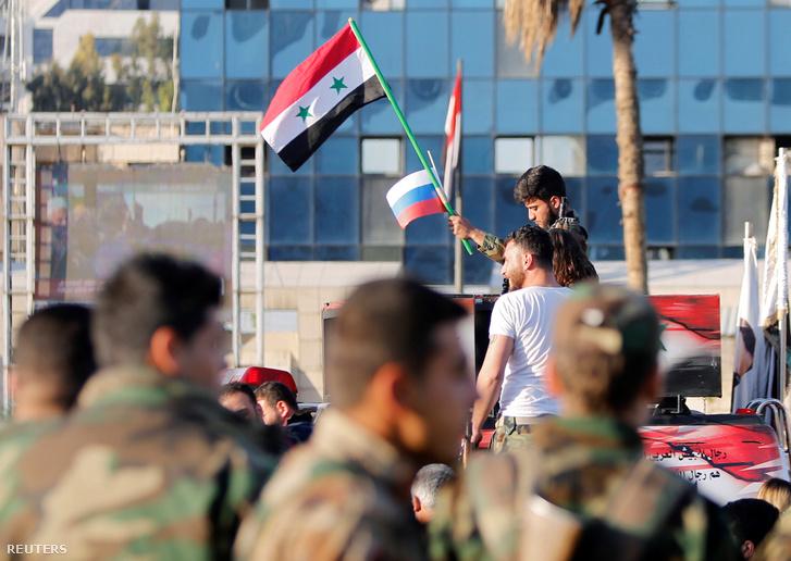 Orosz és szír zászlókat lengető szíriai katonák a támadás másnapján, a Damaszkuszban tartott Amerika-ellenes tüntetésen