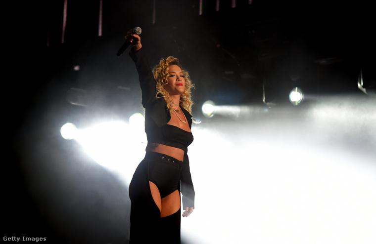 Meglepetés volt ő a szó szoros értelmében, mivel egy norvég DJ, Kygo szettje ment éppen a színpadon, amikor egyszercsak beugrott Rita Ora egy elég konkrétan lotyós szettben.