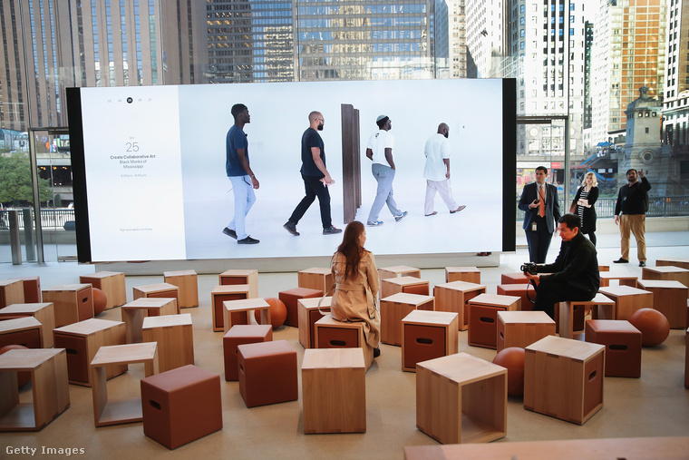 Az év legjobb kereskedelmi épülete lett a híres Foster + Partners által tervezett chicagói Apple Store Michigan Avenue.
