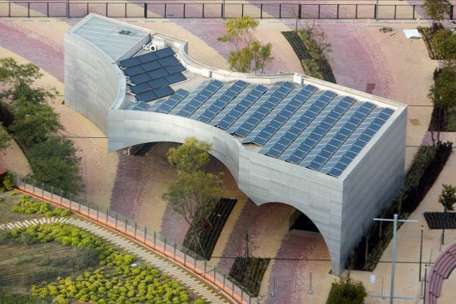 A sevillai torony épületének részét képezi a Vázquez Consuegra által tervezett új kulturális központ, a Caixa Forum