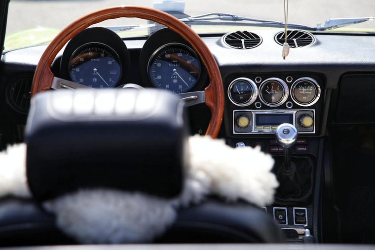Az Alfa Romeo Spyder beltere ma is ámulatba ejtően stílusos és meglepően egyben is van, pedig éri napsütés nem kevés