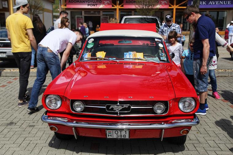 Egy Ford Mustang mindig, minden körülmények között vonzza a kiváncsi tekinteteket, véleményem szerint évjárattól függetlenül (jó, a 80-as években sikerült kissé mellényúlni, de nem tragédia az sem)